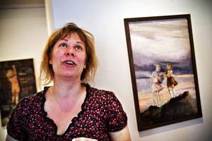 """Konstnären Stina Wollter återbesöker Östersund med en utställning som börjar i dag. Östersund bodde hon i några år som barn i förskoleåldern. """"Sedan har jag behållit kontakten med Jämtland genom min styvmor Viveca (Seldahl)."""""""
