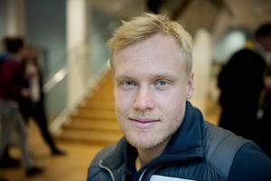 Victor Öhling Norberg står återigen på skidor efter den otäcka skadan under förra helgens tävlingar.