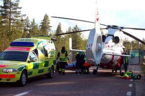 Ett par i 70-årsåldern flögs till Östersunds sjukhus efter en singelolycka söder om Lilllhärdal.                Foto: Carin Selldén