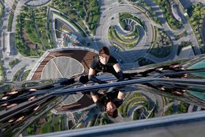 Tom Cruise återvänder till rollen som agent Ethan Hunt för fjärde gången och utför svindlande stunts på världens högsta byggnad.