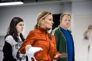 Intensiva repetitioner. De senaste månaderna har Nour El Refai och Anders Jansson arbetat heltid tillsammans med en stab av manusförfattare, producenter, dansare och koreografer för att vara förberedda för uppdraget att leda 9,5 timmar direktsänd tv, sex lördagar på raken. Här ses de med koreografen Lotta Furebäck som ansvarar för årets shownummer.Foto: Pontus Lundahl/TT