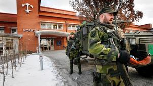 Militärövning vid kommunhuset.