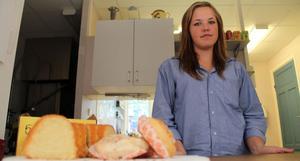 Isabella Granmyr, 16 år, står för kaféverksamheten i Runemo under söndagskvällarna.