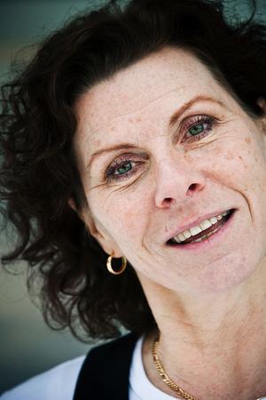Åsa Melander är teckenspråksentusiasten som älskar att vistas i skolan när hon inte tränar seniorer med tuffa fyspass. Nu fyller hon 50 år och firar med en släktfest.