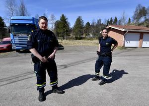 Sebastian Westman och Josefine Norell framför den stora lastbilen som stoppades med alkohol