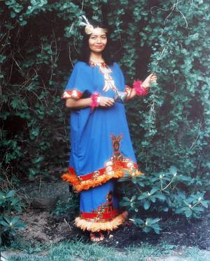 Efterlyses: försvunnet fotoporträtt av Eunice Vidals i mexikansk dräkt.