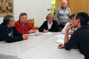 Mötesdeltagarna samlades i gruppen och diskuterade olika saker kring Dala-Järna och Gunnar Magnusson lyssnade nyfiket.