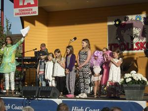 Cissi Jakobsson och alla barnartisterna sjöng Idas sommarvisa.