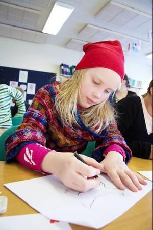 Evelina Solsten älskar att teckna och tycker därför att dagens uppgift under den samiska integreringen passar mycket bra.