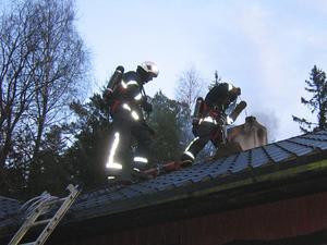 Räddningstjänsten släcker en soteld genom att sota skorstenen.