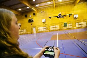 Thimmy Nilsson, 15 år, flyger en quadcopter.