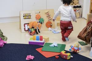Vi har länge påtalat att kommunen bör ta fram en handlingsplan för att minska stora barngrupper. I en sådan plan måste försörjning av lokaler och personal ingå, skriver Catarina Wahlgren och Christina Hamnö.