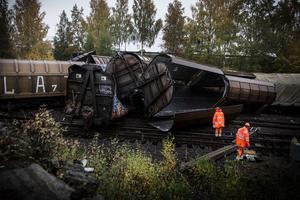 Föraren till tåget, som ägs av Green Cargo, klarade sig oskadd, men får nu hjälp med att bearbeta händelsen. Totalt spårade elva av 37 vagnar ur.