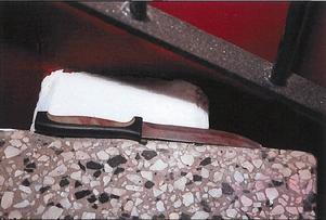 Kniven som användes vid överfallet hittades i en trappuppgång.