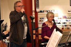 Janne Bäckman och Karin Green under spelningen på kulturhuset i Mora. Nästa stopp var Missionskyrkan i Orsa.