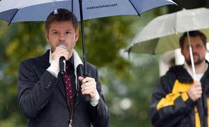Västeråssaxofonisten Magnus Lindgren invigningstalade i hällande regn.