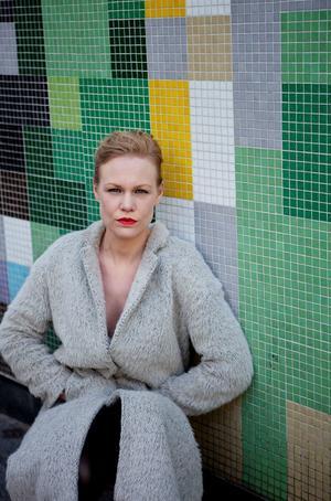 Hanna Nordenhök har skrivit om räddarna och de som ska räddas. Foto: Sara Moritz