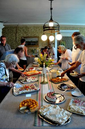 Många hade kommit för att ta del av tårtbuffén som stod uppdukad i hembygdsgården i Pålgård under söndagen.