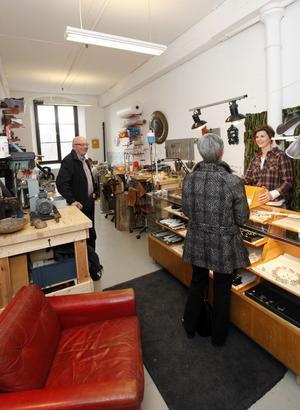 Full kommers i ateljén. Stöt Britt-Inger Loman frestar besökarna med ringar.