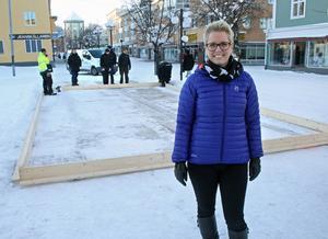 Cathrine Rikner från På stan vid skridskobanan för barn på gågatan i Kramfors.