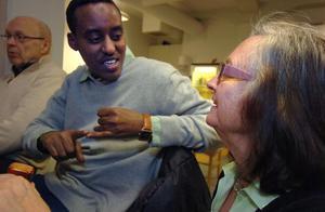 Ibrahim från Somalia pratar med Eivor Eriksson.