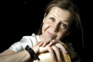 Drottningen spelas av Ingela Olsson.