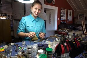 Elsa Haglund i full fart med sin ringslöjd. Massor med små metalltrådar böjs till ringar och fogas samman till smycken. Ett avancerat halsband kan handla om 3000 ringar och 30 timmars arbete.