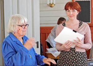 Margit Matilda Malmström, Hunge, agerade med sedvanlig ackuratess prisutdelare när Gunnar Malmströmstipendiet 2010 tilldelades Elsa Olsson, Fjällsta.Foto: Gerd Williamsson