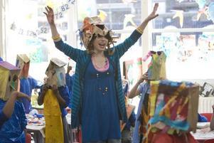"""Tjoho, Sally Hawkins! Hon spelar rollen som den obotliga optimisten Poppy i """"Happy-Go-Lucky""""."""