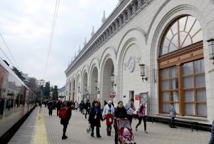 Järnvägsstationen i Sotji centrum tar emot i nymålat, uppfräschat skick. Utanför möter vi en stadspuls av ett annat slag än inom det olympiska skyddade området.