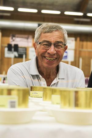 Ingemund Andersson har varit med sedan starten och i år hjälpte han bland annat till att öppna surströmmingsburkarna.