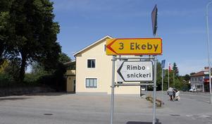 Här på Ekebyvägen, bakom den före detta livsmedelsbutiken, vill Rimbo fastigheter Sverige AB, bygga bostäder.