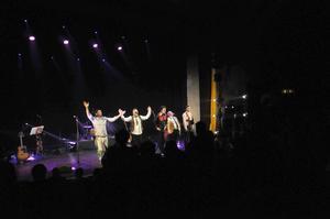 Bandet tackades av med stående ovationer från en hängiven publik.