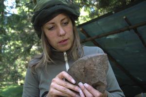Slip. Slipstenen gjord av sandsten kommer troligen från Orsa. Josefina Andersson kollar in något som kan tydas som märken. Foto:Berndt Norberg