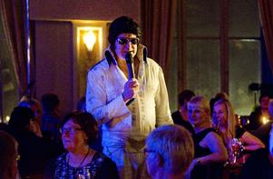 Elvis Presley av Ronnie Stewart sjöng It´s now or never bland publiken.