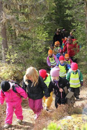 Varje tisdag träffas en grupp fem- och sexåringar i Hybo för att göra en utflykt tillsammans.