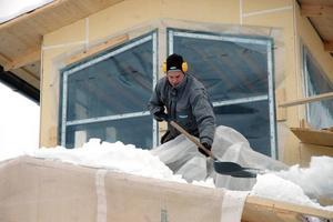 SKOTTAR BADHUS. Det idoga snöandet har gjort att byggjobbarna vid flera tillfällen tvingats ta fram spadarna för att alls kunna arbeta. Här är det lagbasen Örjan Persson som sliter i snön.