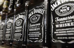 Doften av bourbon får Bjurman att njuta.