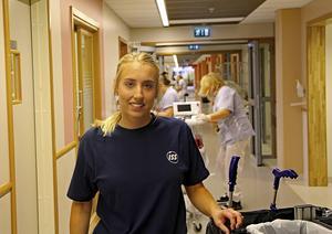 Maja Wallin trivs med sitt arbete som lokalvårdare på Gävle sjukhus.