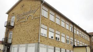 Skinnskattebergs mottagande av asylsökande har ökat behoven, bland annat i skolan. Av de 15,7 miljoner kronor i statsbidrag som kommunen ska fördela föreslår både Alliansen och Socialdemokraterna 2,5 miljoner kronor för att anpassa lokalerna till fler elever.