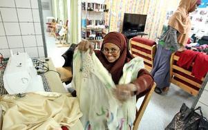 Ardo Mohammed Yusuf visar när hon syr om sjalar.