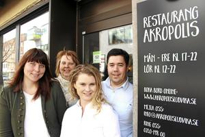 Restaurang Akropolis i Ludvika får nya ägare. Från vänster nya ägarna Eleonor Wallin och Yvonne Wallin och gamla ägarna Jennie Gustafsson och Christopher Grammenos
