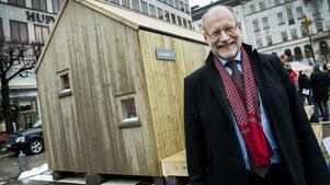 Bostadsminister Stefan Attefall (KD) med ett Attefallshus. Fotograf: Claudio Bresciani