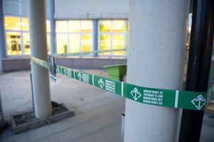 Plastband hade satts upp i anslutning till entrén i fastigheten där Sundsvalls Tidnings redaktion ligger.
