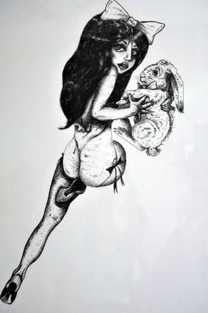Alice i underlandet har Frida tecknat som en pin-up girl i en teknik som heter skraffering.