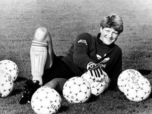 Många bollar, om än inte i luften. Elisabeth Leidinge poserar under en landslagssamling.