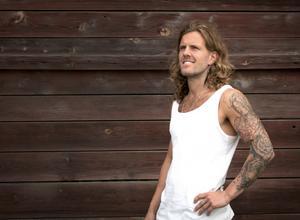 Tomas Öberg växte upp i Köping. Han klarade av att lämna en stökig tillvaro vid två tillfällen. Nu skriver han en bok om sitt liv.
