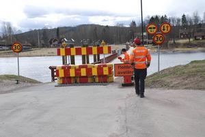 Flott- eller pontonbron i Gagnef stängdes under torsdagen av för biltrafik – efter att en långtradare passerat över bron.