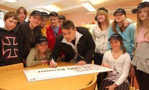 Spanienresan räddad. Thomas Bysell lämnade över en check på 15 000 kronor till sjätteklassarna vid Montessoriskolan i Ävdalen på fredagen.