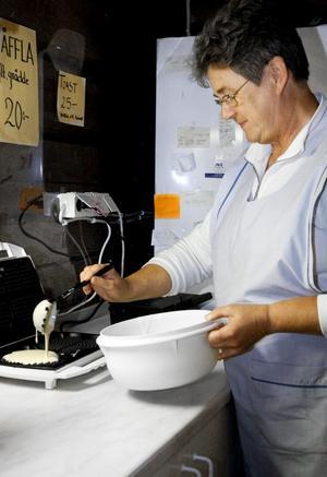 Smeten åter i järnet. Loftkaféets ägare Ing-Marie Ekman får grädda våfflor igen. Detta efter att BMB upphävt det tidigare förbudet.bild: annika nygren-Berg